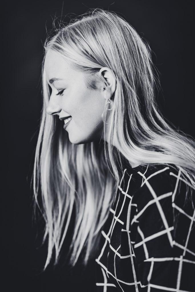 schwarzweiß Portrait Haare Teene Studiofoto