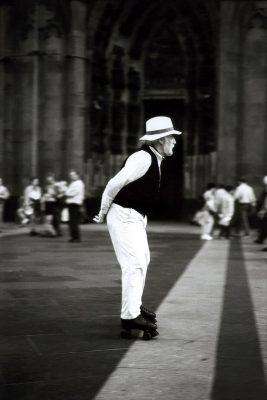 Herr mit Hut und Rollschuhen auf Domplatte Köln ca.1997