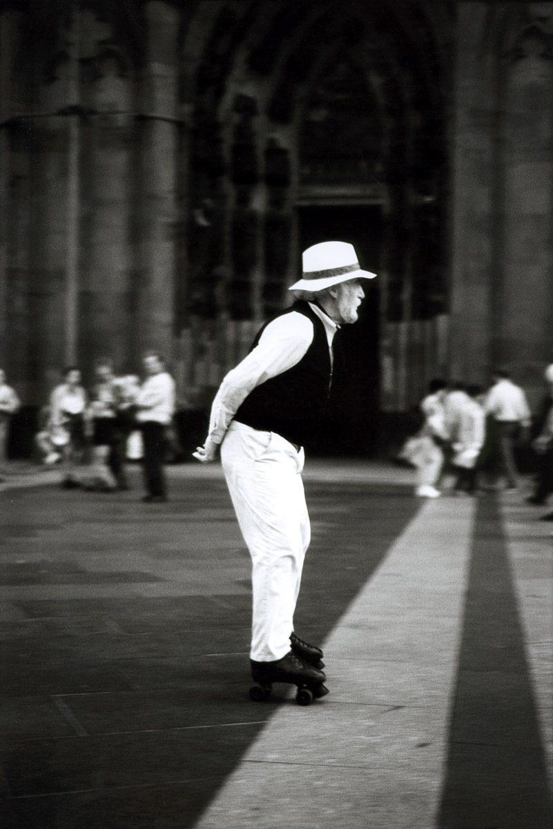 Herr mit Rollschuhen auf Domplatte Köln ca.1997