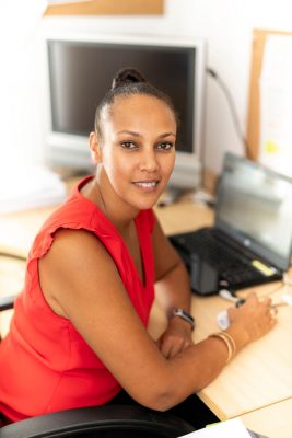 Portrait Büro Köln  Selbständig Junge Frau Rot weis Licht Atmosphäre aus kleiner Wohnung mach groß