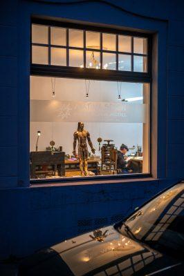 Herzstich in Metal  by Matina Spaet Köln Ladenlokal Fenster