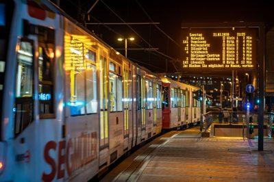 Köln - Ehrenfeld Nachtleben ruht am Samstag Abend Leere Bahnsteige verzerrte Zeit 21:27 Uhr